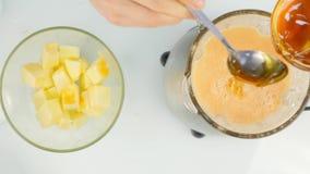 混合在一台搅拌器、圆滑的人从南瓜,葡萄柚和蜂蜜的水果鸡尾酒 健身和健康生活方式 股票视频