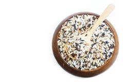 混合在木匙子的米在白色背景的一个木碗 图库摄影