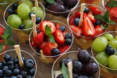 混合在杯子的水果沙拉 沙漠 水果食物 免版税库存照片