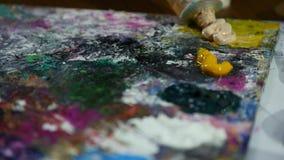 混合在调色板的油漆由调色刀 绘抽象派背景的油漆 影视素材