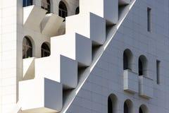 混合形式和形状,分层堆积在现代建筑学-一部分的门面大厦,异常的几何外部 免版税库存照片