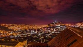 混合新的建筑学的基多美好的夜视图与迷人的街道,有的一个panecillo turist地方的 免版税库存照片