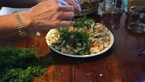 混合新鲜的切好的莳萝的厨师与龙虾 股票录像