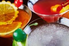 混合明亮的可口鸡尾酒顶视图与桔子和一棵樱桃片断的装饰的在桌上在餐馆有bac的 图库摄影