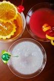 混合明亮的可口鸡尾酒顶视图与桔子和一棵樱桃片断的装饰的在桌上在餐馆有bac的 库存照片