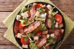 混合油煎的烟肉、蕃茄、油煎方型小面包片和莴苣特写镜头沙拉  免版税库存照片