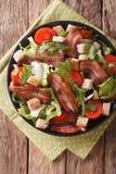 混合油煎的烟肉、蕃茄、油煎方型小面包片和莴苣特写镜头沙拉  免版税库存图片