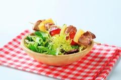 混合猪肉沙拉串春天 免版税库存照片