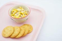 混合玉米、燕麦和变甜的浓缩牛奶在桃红色盘子 库存图片