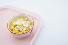 混合玉米、燕麦和糖在桃红色盘子 免版税库存图片