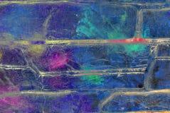 混合画法艺术品,在蓝色色板显示的摘要五颜六色的艺术性的被绘的层数有紫色的,绿色在难看的东西砖飞溅 免版税库存图片