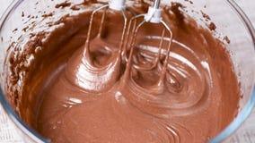 混合的巧克力奶油、面团或者面团与搅拌器 股票视频