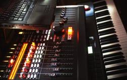 混合的控制台、钢琴和膝上型计算机 免版税库存照片