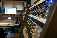 混合的控制台在录音室 免版税库存照片