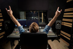 混合的控制台的人在音乐录音室 图库摄影