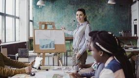 混合的族种企业队会议  当前财务数据的妇女经理对人在现代办公室 免版税库存图片