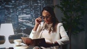 混合的族种做在她的笔记本的企业女孩笔记在办公室 股票视频