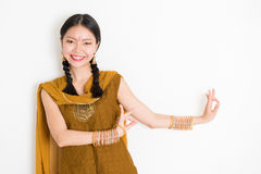 混合的族种印地安妇女跳舞 免版税库存图片