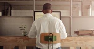 混合的族种商人与计算机一起使用 免版税库存图片