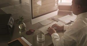 混合的族种商人与计算机一起使用 免版税图库摄影