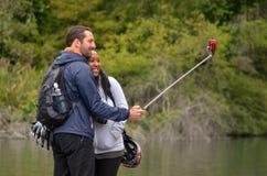 混合的族种夫妇作为selfie 免版税库存图片