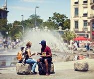 混合的族种夫妇在Karlsplatz放松在慕尼黑 库存图片