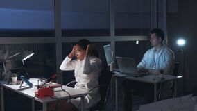 混合的族种女性工程师在调查过程中的做成功在电子实验室
