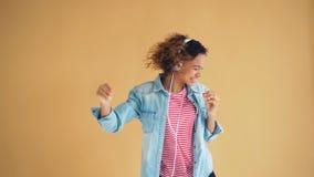 混合的族种妇女慢动作画象跳舞的耳机的获得乐趣 股票视频