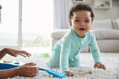 混合的族种妈咪和在家使用小孩的儿子,紧密  库存图片