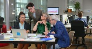 混合的族种小组坐在办公室的商人 股票视频