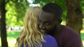 混合的族种愉快的夫妇,黑人拥抱的妇女,人种间关系 股票视频