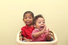 混合的族种的两个兄弟 在前面婴孩的焦点 免版税图库摄影