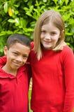 混合的族种的男孩和女孩 免版税库存照片