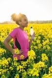 混合的族种非裔美国人的女孩少年赛跑者饮用水 免版税库存图片