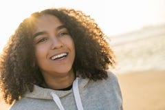 混合的族种非裔美国人的女孩少年微笑的日落海滩 图库摄影