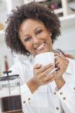 混合的族种非裔美国人的女孩饮用的咖啡 库存照片