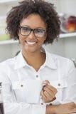 混合的族种非裔美国人的女孩饮用的咖啡 图库摄影