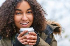 混合的族种非裔美国人的少年妇女饮用的咖啡 免版税库存图片
