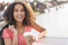 混合的族种非裔美国人的少年妇女饮用的咖啡 库存图片