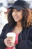 混合的族种非裔美国人的少年妇女饮用的咖啡 库存照片