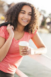 混合的族种非裔美国人的少年妇女饮用的咖啡 免版税图库摄影
