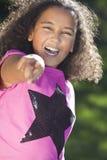 混合的族种非洲裔美国人的女孩微笑的指向 免版税库存照片