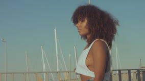 混合的族种黑色年轻女人户外,夏天日落光,巴塞罗那海滩区域  股票视频