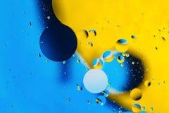 混合的水和油、根据圈子的美好的颜色摘要背景和长圆形,宏观抽象 库存照片