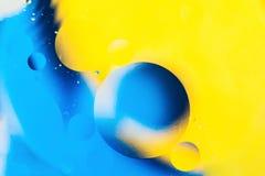 混合的水和油、根据圈子的美好的颜色摘要背景和长圆形,宏观抽象 免版税图库摄影