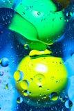 混合的水和油在一个美好的颜色抽象背景梯度球圈子和长圆形 免版税库存照片