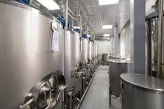 混合的液体的,酒精饮料的现代生产系列大钢罐 库存图片