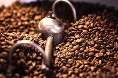 混合的烤咖啡特写镜头 批新近地烤芳香咖啡豆在涌现变冷静从烘烤器以后 现代ma 免版税库存照片