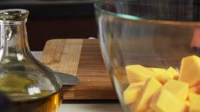 混合的菜用香料和倾吐的橄榄油一个鳄梨调味酱捣碎的鳄梨酱的与vegies食谱 影视素材
