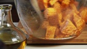 混合的菜用香料和橄榄油一个鳄梨调味酱捣碎的鳄梨酱的与vegies食谱 股票视频